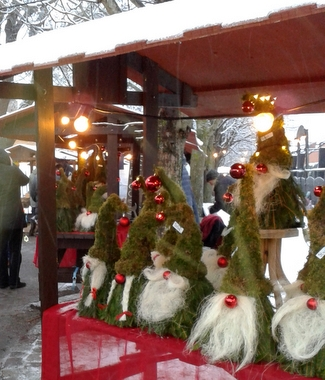 1a8fcd4ab67 Gammeldag Julmarknad. Försäljning av bl.a. kvalitetsprodukter och  närproducerade godsaker till julbordet. Ahllöfsparken.